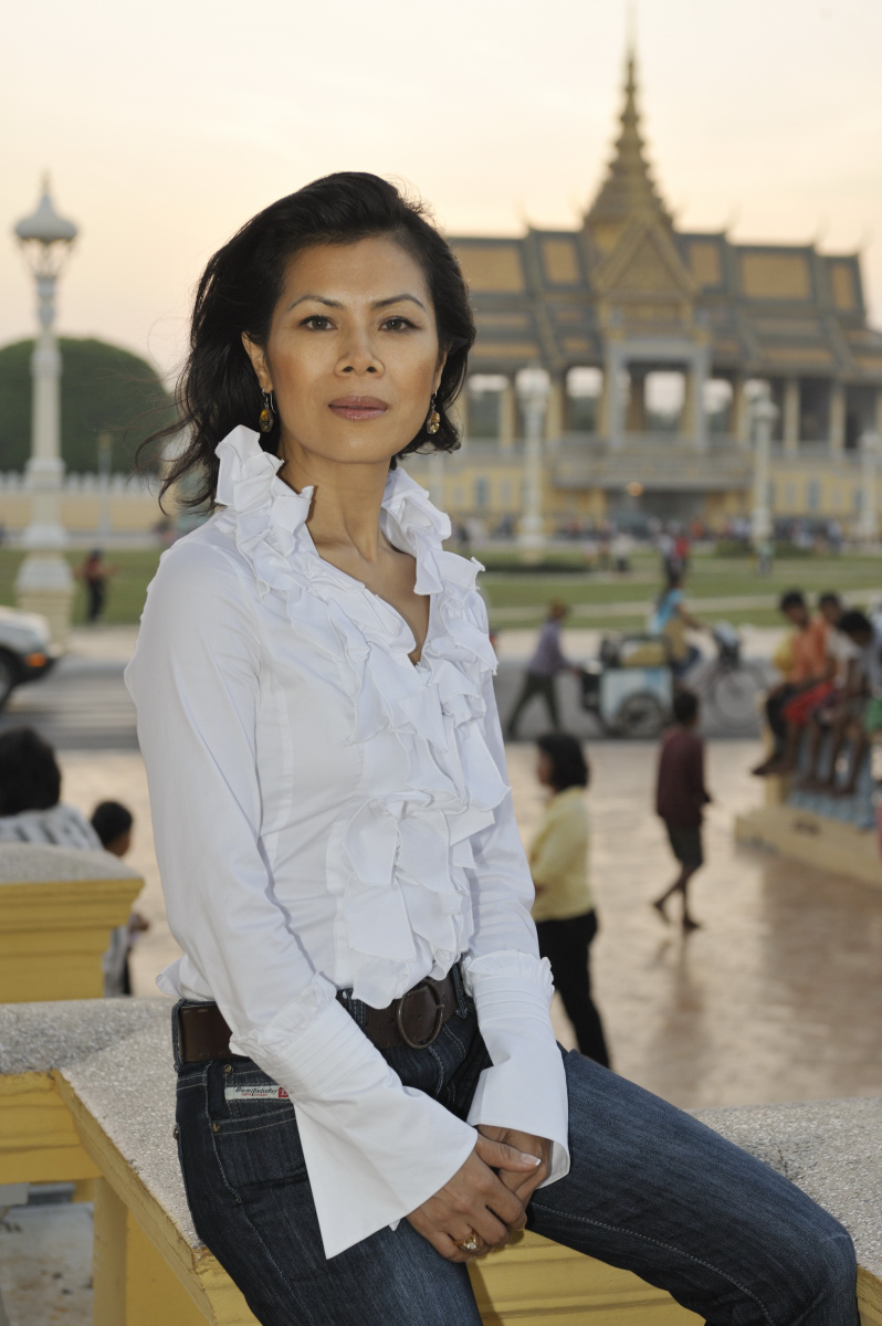 Theary Seng in front of palace (Dec. 2009, photo by Roland Neveu)